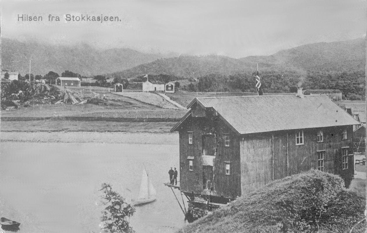 Postkort Stokkasjøen sett frå Nausthåjen. 1930-tal eller tidlegare.