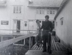 Herlaug og Fritz Pedersen samt rev framfor gammelbutikken på Visthus.