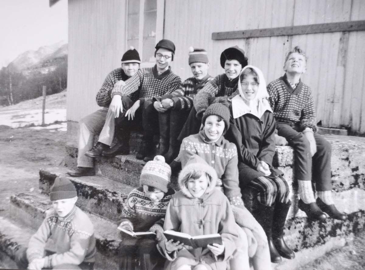 Skolebarn på trappa av skolen på Stokkasjøen