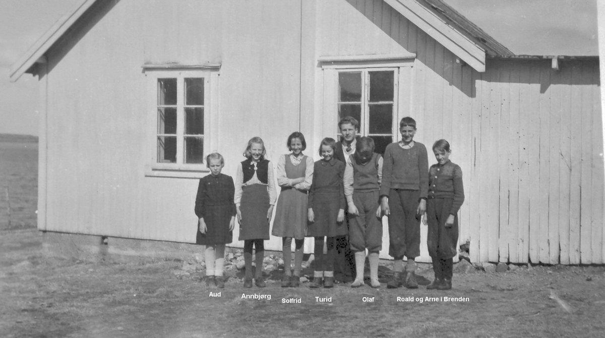 Skolebarn og lærar ved skolen på Stokkasjøen - ein gong på 1950-talet.