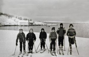 Stokkasjøen. Skolebarn på ski. I bakgrunnen skøyter som provianterer før tur til Lofoten.